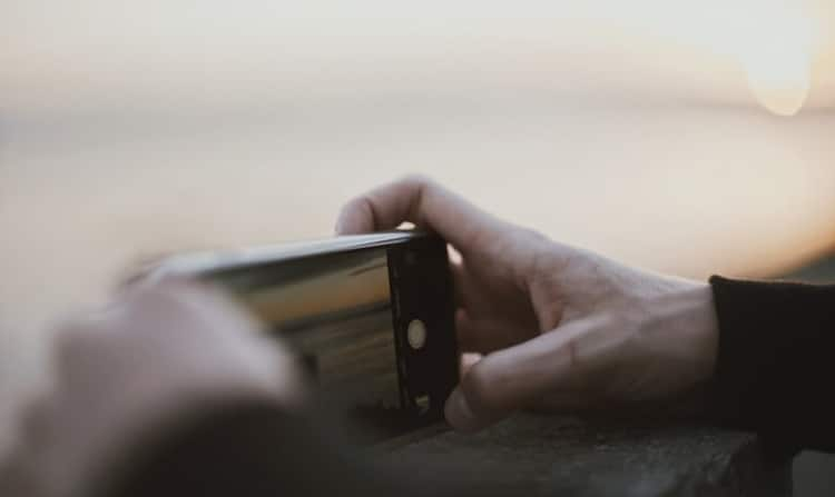 Mani allo smartphone